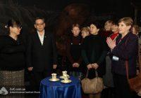 Співробітниця канадської організації подарувала єврейському музею в Дніпрі старовинні реліквії