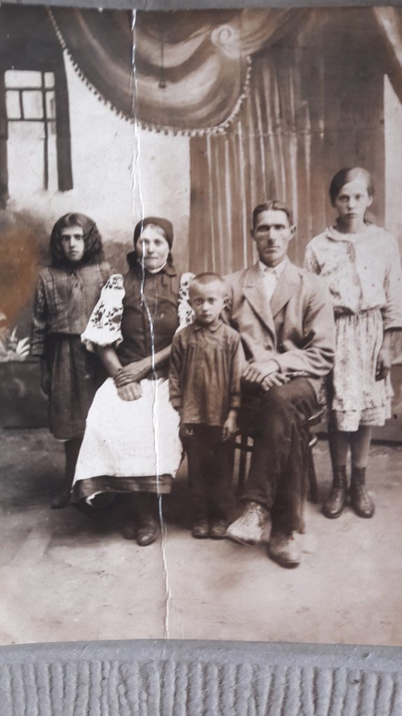 Праведники Народов Мира Василий и Мария Андреевские с детьми. Середина 1920-х.